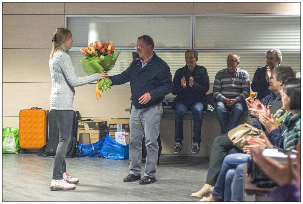 Roberto consegna un omaggio floreale all'ospite del CFP