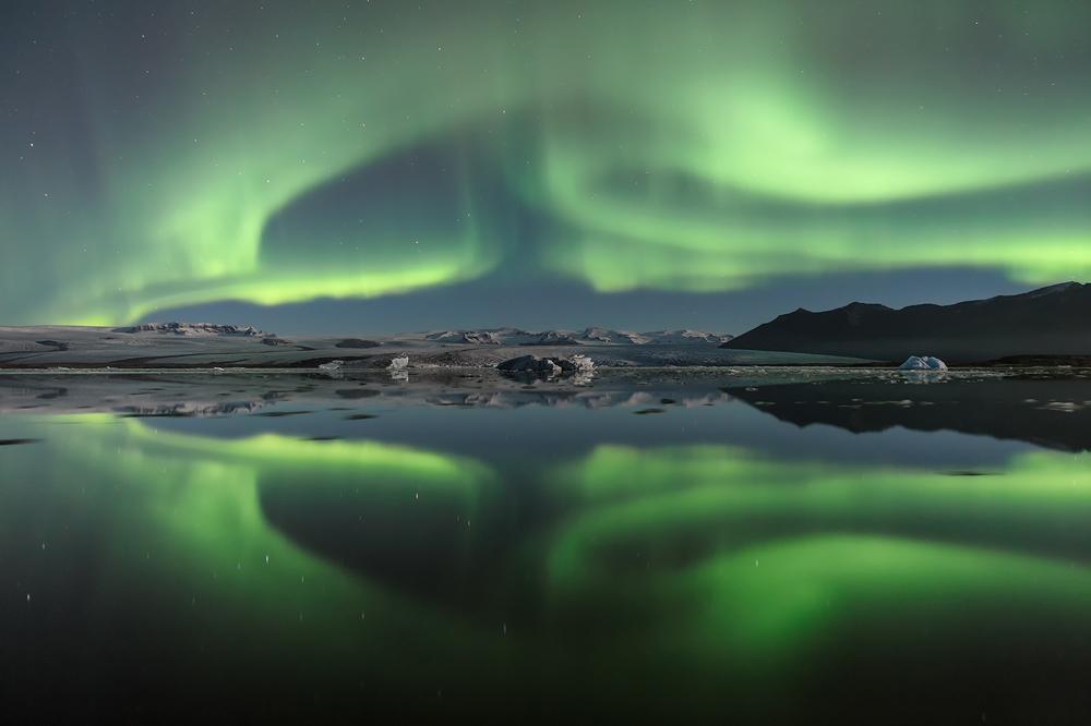 """""""Inspired by Iceland"""": La magia dell'Islanda e dei suoi """"fuochi d'artificio"""" naturali. Di M. Manzini, S. Rossi, P. Vercesi, D. Favret, Y. Bertoni."""